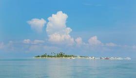 有棕榈树的理想的热带沙子海岛 免版税图库摄影