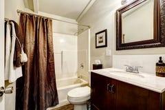 有棕色元素的卫生间 免版税图库摄影