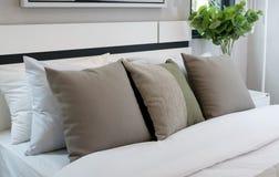 有棕色和绿色枕头的现代卧室 库存照片