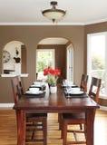 有棕色墙壁和木表的餐厅。 免版税库存图片