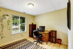 有棕色家具集合的象牙办公室室 免版税库存照片