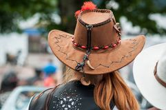 有棕色母牛女孩帽子的红色顶头妇女 免版税库存照片