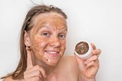 有棕色火山的面具的妇女在她的面孔 免版税库存照片
