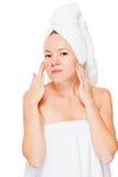 有棕色眼睛的妇女在阵雨以后的一块毛巾在白色 库存图片