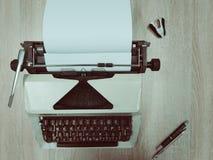 有棕色键盘的老减速火箭的打字机 免版税库存照片
