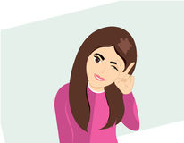 有棕色头发和桃红色衬衣的逗人喜爱的动画片女孩 免版税库存照片