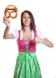 有棕色头发和椒盐脆饼的欢呼的妇女从巴伐利亚 免版税图库摄影