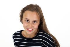 有棕色头发的微笑的年轻美丽的女孩 免版税库存照片