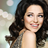 有棕色头发的美丽的愉快的笑的妇女 免版税图库摄影