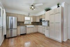 有棕褐色的细木家具的厨房 库存照片