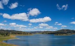 有森林和蓝天的,新南威尔斯, Austraila Mountain湖2 库存照片