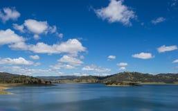 有森林和蓝天的,新南威尔斯, Austraila Mountain湖4 免版税库存照片
