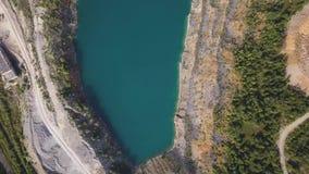 有森林射击的早晨安静的河 鸟瞰图 飞行在美丽的山河和森林空中摄影机 影视素材