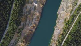 有森林射击的早晨安静的河 鸟瞰图 飞行在美丽的山河和森林空中摄影机 股票视频