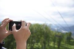 有森林的手机 免版税库存图片