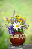 有森林花的手工制造花瓶 免版税库存图片