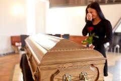 有棺材的妇女哭泣在葬礼的在教会里 库存照片