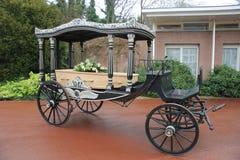 有棺材的经典葬礼支架 免版税库存图片