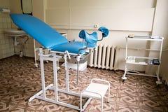 有椅子和设备的妇产科室 图库摄影