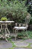 有椅子的古色古香的书桌庭院找出庭院样式葡萄酒 图库摄影