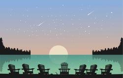 有椅子的美丽的湖充分看见天空星 免版税库存图片