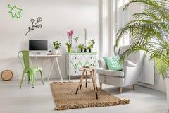有植物、洗脸台和扶手椅子的客厅 免版税库存图片
