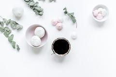 有植物的妇女书桌,咖啡和蛋白软糖在desing在白色背景舱内甲板的春天放置大模型 免版税图库摄影