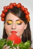 有植物纤维样式的女孩 有菜的美丽的愉快的少妇在她的头 健康食物概念,饮食, veget 图库摄影