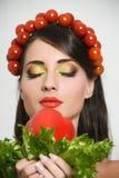 有植物纤维样式的女孩 有菜的美丽的愉快的少妇在她的头 健康食物概念,饮食, veget 库存照片