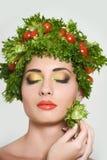有植物纤维样式的女孩 有菜的美丽的愉快的少妇在她的头 健康食物概念,饮食, veget 免版税库存照片