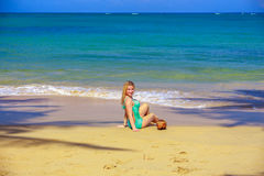 有椰树的女孩在海滩 库存照片