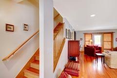 有楼梯和客厅的走廊 图库摄影