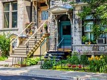 有楼梯的典型的蒙特利尔邻里街道 图库摄影