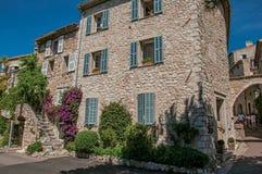有楼梯的在圣徒保罗deVence village的议院和野生植物 免版税库存照片