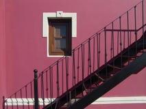 有楼梯的桃红色墙壁 库存照片