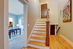 有楼梯的空的走廊 免版税库存照片