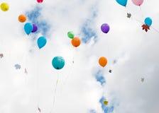 有槭树叶子的多彩多姿的气球在天空飞行 免版税库存照片