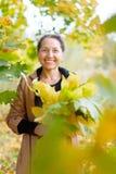 有槭树诗句的愉快的成熟妇女 免版税库存图片
