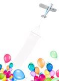 有横幅和气球的单引擎飞机 免版税图库摄影