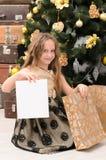 有横幅的女孩在圣诞树 库存图片