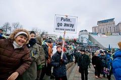 有横幅的普京人,在拥挤的去   免版税库存照片