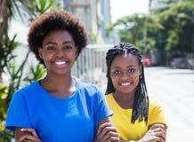 有横渡的胳膊的两个非裔美国人的女朋友 免版税库存图片