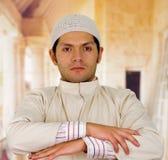 有横渡的胳膊的严肃的阿拉伯人 免版税库存图片