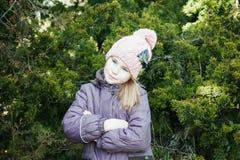 有横渡的胳膊的孤独的不快乐的小孩女孩 免版税库存照片
