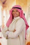 有横渡的胳膊的微笑的阿拉伯人 免版税库存图片