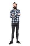 有横渡的胳膊的确信的有胡子的人在看照相机的格子花衬衣 库存图片