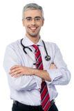 有横渡的胳膊的老练的医生 图库摄影