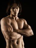 有横渡的胳膊的肌肉年轻人 免版税库存照片
