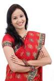 有横渡的胳膊的年轻传统印地安妇女 图库摄影