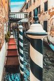 有横穿的葡萄酒威尼斯式街道在运河,意大利 库存照片